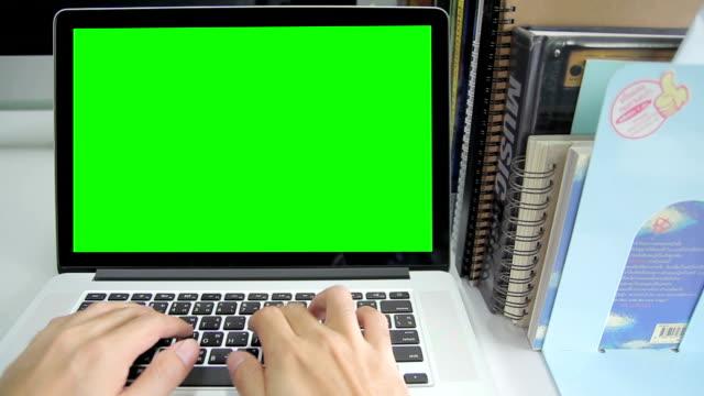 hd: hand tippen sie ein laptop mit grünen bildschirm - menschlicher finger stock-videos und b-roll-filmmaterial