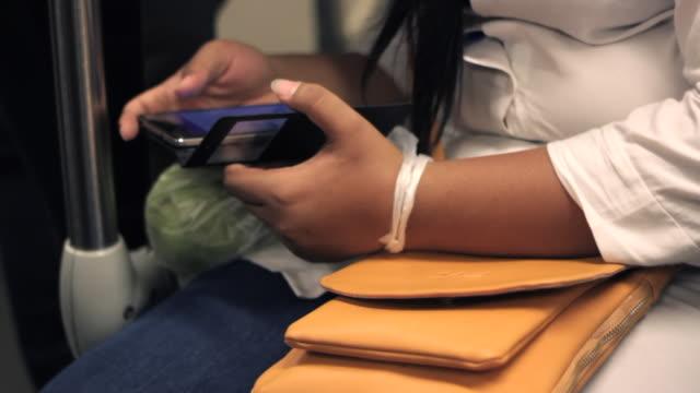cu hand tippen smartphone - menschlicher finger stock-videos und b-roll-filmmaterial