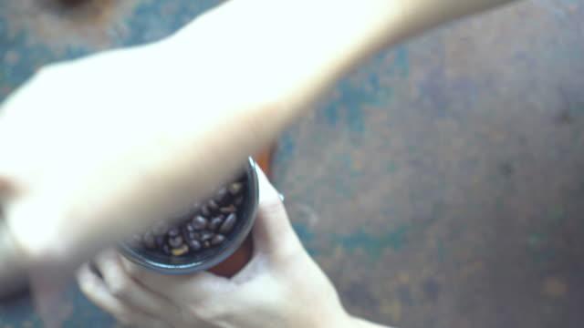 Mano uso antiguo vintage molinillo de café con granos de café.