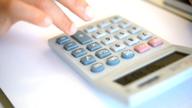 vídeos y material grabado en eventos de stock de uso de la mano de la calculadora - signo de más