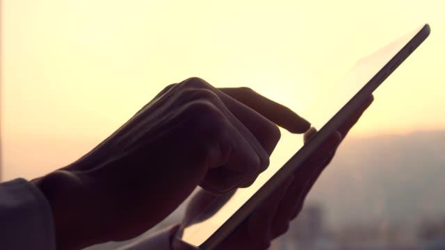 デジタルタブレットのクローズアップを使用して手 - 整理ダンス点の映像素材/bロール