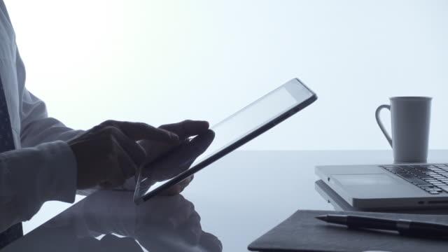 4K DOLLY : Hand using digital tablet