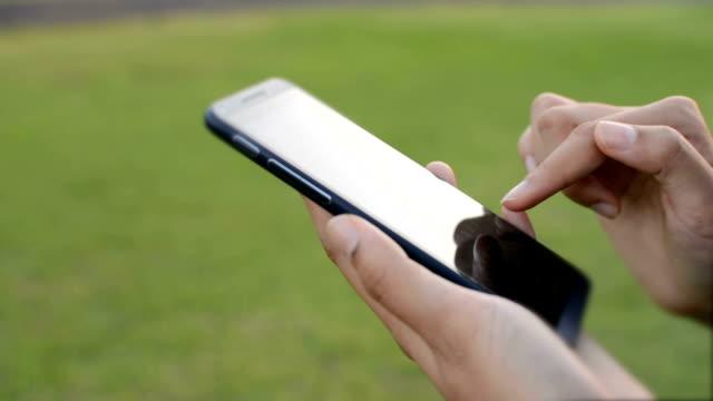 vídeos y material grabado en eventos de stock de mano usando teléfono inteligente - ropa protectora