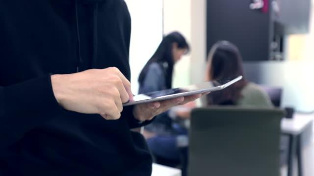 vídeos de stock, filmes e b-roll de manualmente usando o tablet no escritório, câmera lenta - óculos de leitura