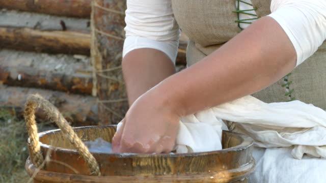 hand wäsche nreckt schmutzige kleidung - knochen im beckenbereich stock-videos und b-roll-filmmaterial