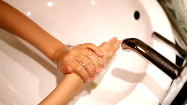 hand washing in the sink