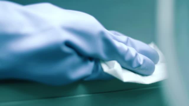 hand wiping down a car interior - lappen reinigungsgeräte stock-videos und b-roll-filmmaterial
