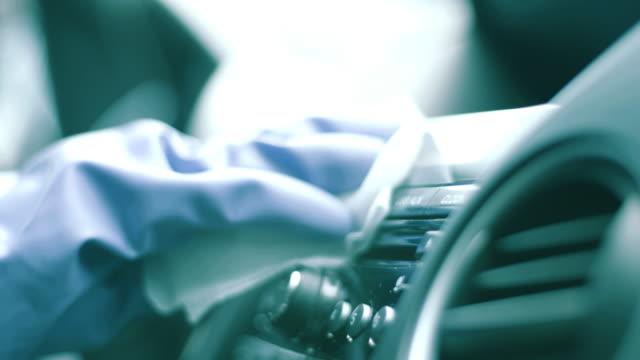 hand wiping down a car stereo - lappen reinigungsgeräte stock-videos und b-roll-filmmaterial