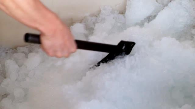斧を使用してハンド ワーカーが氷をみじん切り - 容器点の映像素材/bロール