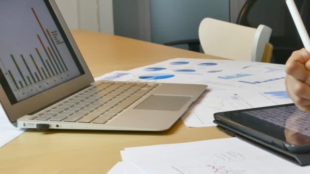 stockvideo's en b-roll-footage met hand wright omlaag op tablet pc - elektronische organiser