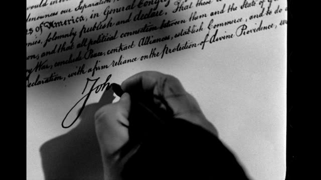 hand writes the signature of john hancock on the declaration of independence. hand writes the signature of john hancock on january 01, 1939 - 独立宣言点の映像素材/bロール