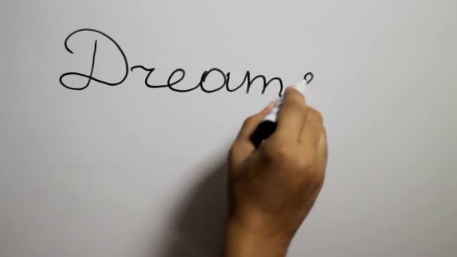 """Hand eine """"Träume arbeiten Erfolg"""" Schreiben auf eine weiße Tafel mit einem schwarzen marker"""