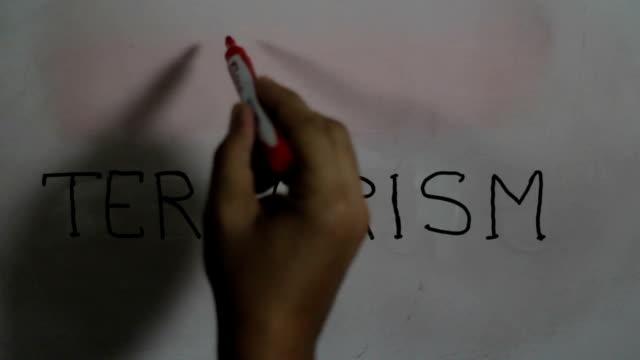 """Handschrift eine Nachricht """"Kein Terrorismus"""" auf eine weiße Tafel mit einem schwarzen marker"""