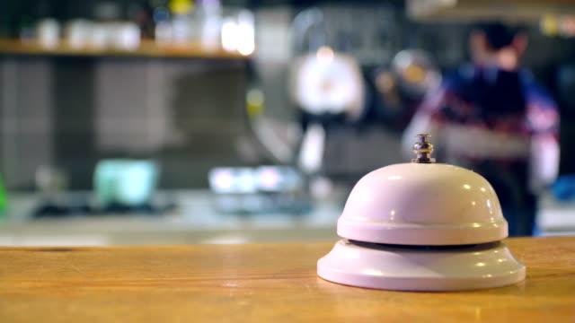 vídeos y material grabado en eventos de stock de campanas en el escritorio de cafe cocina - resonar