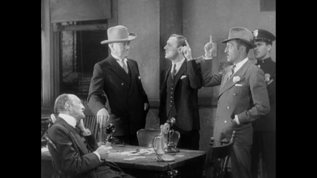 1931 handcuffed editor (adolph menjou) and reporter (pat o'brien) argue with sheriff and mayor over everyone's future - 政治家点の映像素材/bロール