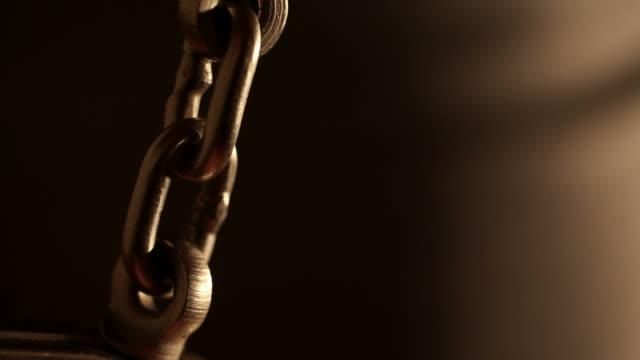 vídeos de stock, filmes e b-roll de handcuffed mãos - algema