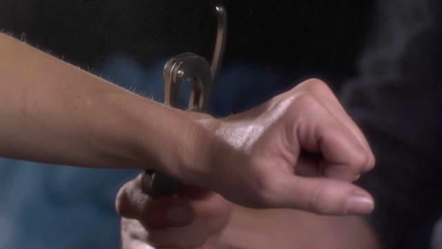 vídeos de stock, filmes e b-roll de handcuffs - algema