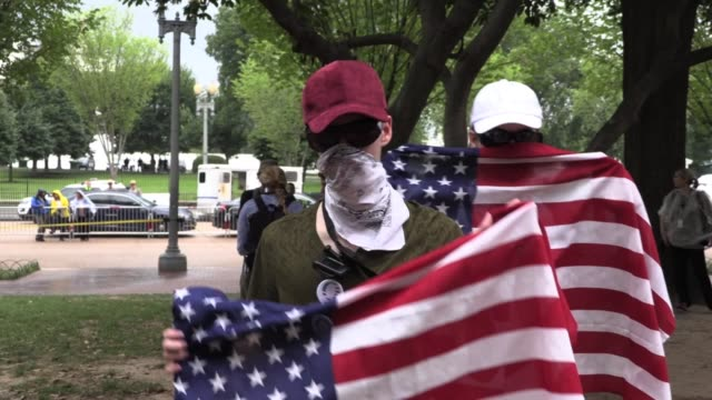 stockvideo's en b-roll-footage met handful of white supremacists leave lafayette park across from white house on anniversary of charlottesville unite the right neo nazi rally - nazism