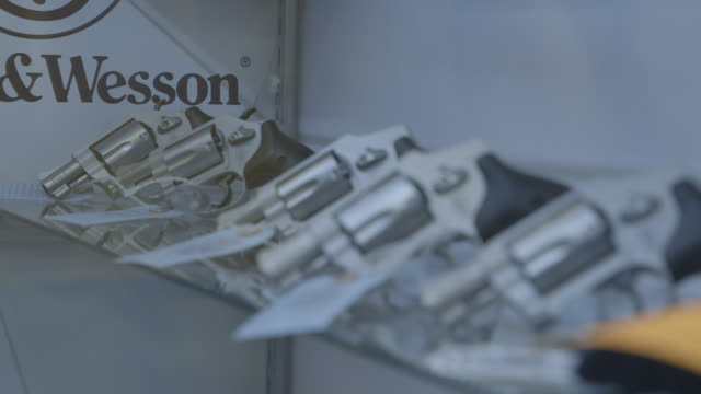 stockvideo's en b-roll-footage met handguns in glass case of gun shop, montage - vuurwapenwinkel