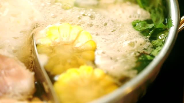 水、甘いトウモロコシ、中国のセロリで沸騰した様々な成分とタイの鍋スタイルの cu ハンドヘルドカメラ。 - 野菜 とうもろこし点の映像素材/bロール