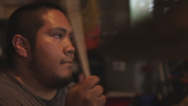 stockvideo's en b-roll-footage met handheld closeup a latino musician plays the drums. - drummer