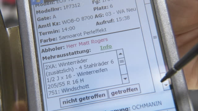 vidéos et rushes de a handheld computer displays customer information in german. - agenda électronique