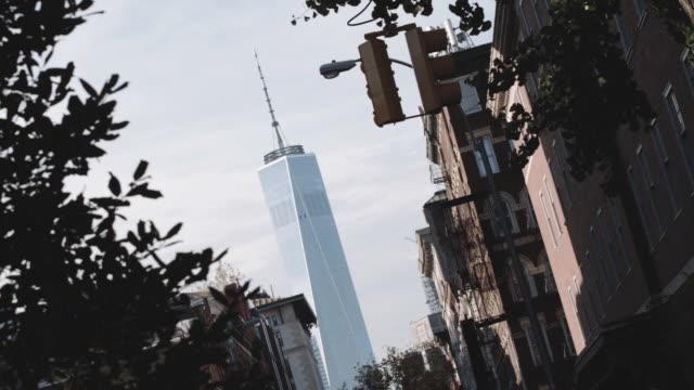 vídeos y material grabado en eventos de stock de handheld establishing shot of new york city's one world trade center - cámara en mano