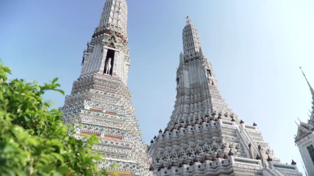 vídeos de stock e filmes b-roll de handheld low angle view the large pagoda in wat arun under clear sky - spire