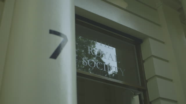 stockvideo's en b-roll-footage met handheld low-angle shot of the entrance to the royal society, the uk's national academy of science, westminster, london, uk. - getal 7