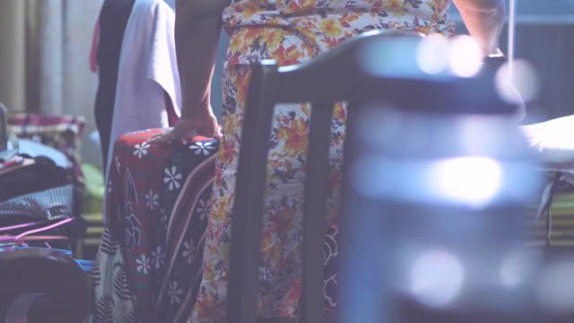 handheld-frauen in führungspositionen dämpfen eisen - in den fünfzigern stock-videos und b-roll-filmmaterial