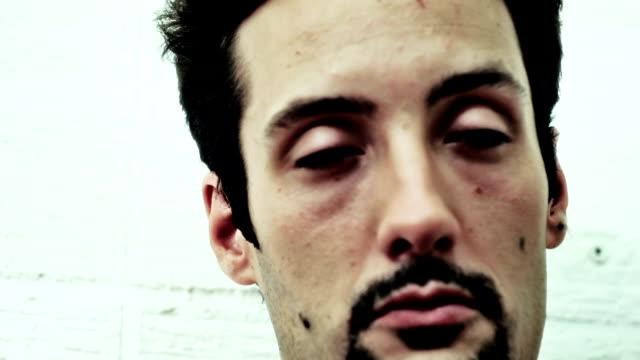 手持ち撮影の drugged 男性 - ゴーティー点の映像素材/bロール