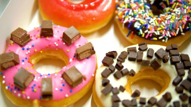 ハンドヘルド撮影: おいしい甘いドーナツ。 - ピスタチオナッツ点の映像素材/bロール