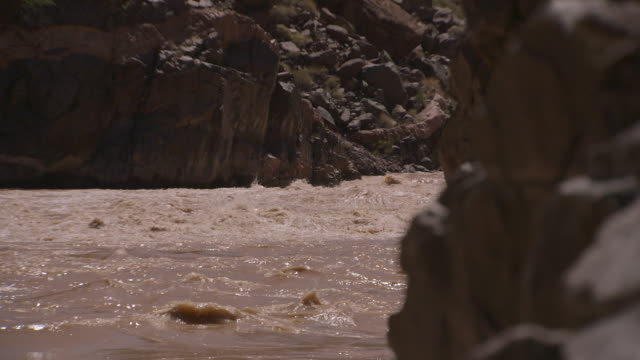handheld shot focusing on fast-flowing rapids in part of the grand canyon, arizona, usa. - wildwasser fluss stock-videos und b-roll-filmmaterial