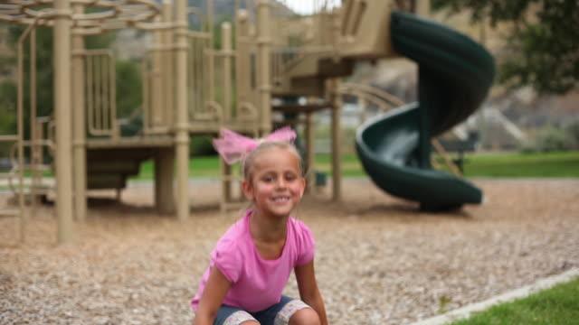 vídeos de stock, filmes e b-roll de handheld shot of a little girl with a hula-hoop. - rosa cor