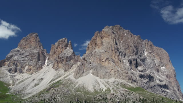 handheld shot of a rock formation in the dolomites, val gardena, italy - val gardena video stock e b–roll