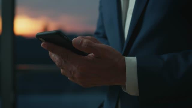 Handheld Schuss des Geschäftsmanns mit Smartphone