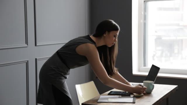 vídeos y material grabado en eventos de stock de handheld shot of businesswoman writing on adhesive notes white working in office - cámara en mano