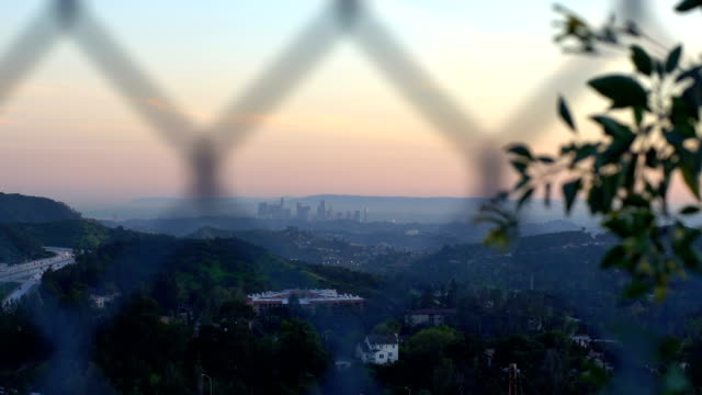 フェンス越しのダウンタウン ロサンゼルスのハンドヘルド ショット