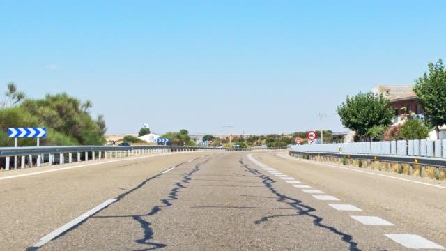 vidéos et rushes de tir portatif de la vue de conduite du pare-brise de voiture sur une route - droit