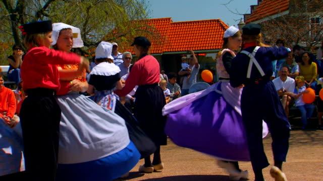 handheld shot of dutch dancers performing - オランダ文化点の映像素材/bロール