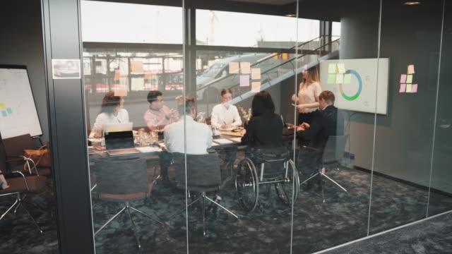 vídeos de stock, filmes e b-roll de handheld shot of female entrepreneur explaining strategy during presentation in board room - sala de conferência
