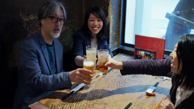バーで飲んでいる友人のハンドヘルドショット - 居酒屋点の映像素材/bロール