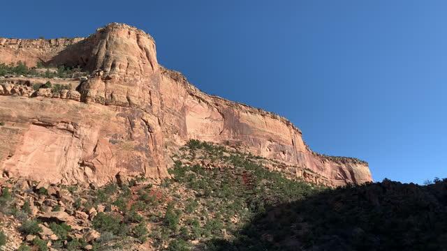 vídeos de stock, filmes e b-roll de tiro portátil das montanhas em um canyon perto do monumento nacional colorado no colorado - paredão rochoso