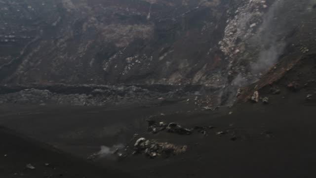 vídeos de stock, filmes e b-roll de handheld shot panning around inside of volcano crater - cinza descrição de cor