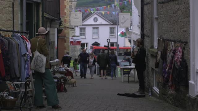 vídeos de stock e filmes b-roll de handheld shot showing a pedestrianised street in hayonwye powys wales rushes taken from bbccom/culture ww absa734n - hay on wye