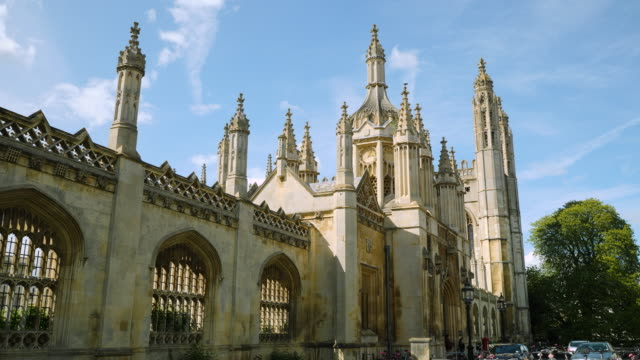 handheld shot showing an exterior wall of the university of cambridge's king's college, uk. - キングスカレッジ点の映像素材/bロール