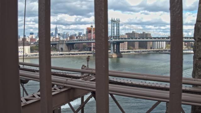 vídeos de stock e filmes b-roll de handheld video from brooklyn bridge looking over manhattan - ponte de manhattan