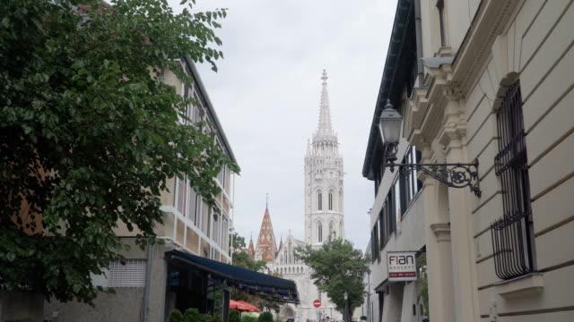 vídeos y material grabado en eventos de stock de vista de mano: caminar por la calle a la iglesia de matías en el bastión de los pescadores, budapest, hungría - cultura húngara