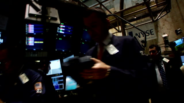 vidéos et rushes de handheld waistlevel view walk past traders and monitors through trading floor of new york stock exchange new york city - bourse de new york