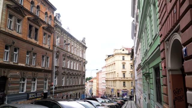 vidéos et rushes de ordinateur de poche vue marche sur une vieille rue à prague - prague